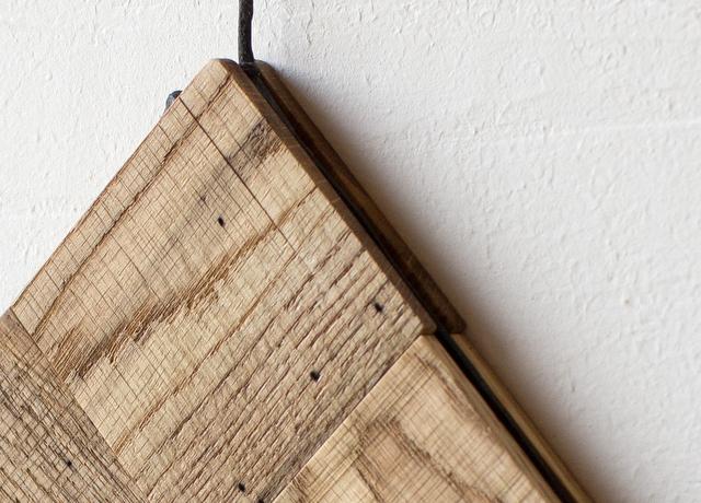 虫喰い材の鍋敷き細部2